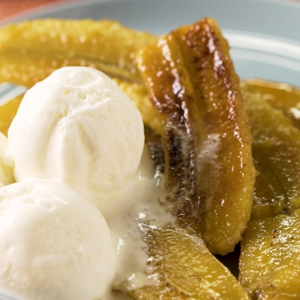 Bananos acaramelados con campi y helado