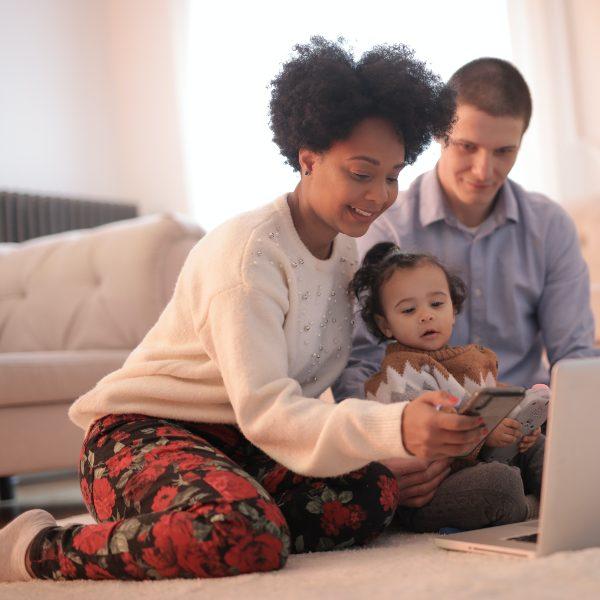 ¿Cómo limitar el tiempo en pantalla de tus hijos?