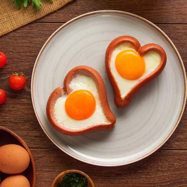 Corazones de salchicha y huevo.