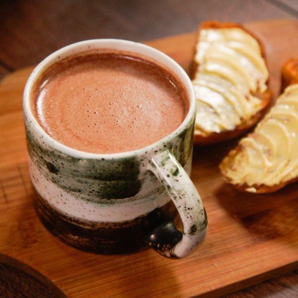Chocolate colombiano con tostadas y mantequilla.