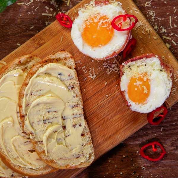 Huevos en microondas con pan y mantequilla.